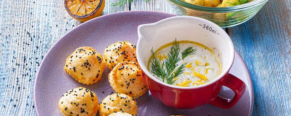 Tilliga kartulid toorjuustu kastme ja suitsulõhega täidetud prantsuse tainast taskud