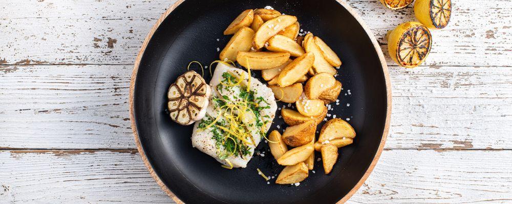Tursk ürdikimbus või ja sidrunikoorega serveeritud koos Pati Parts kartulilõikutega